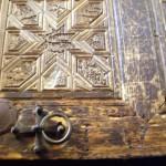 Фрагмент деревянных ворот собора Преображения с растительным орнаментом.